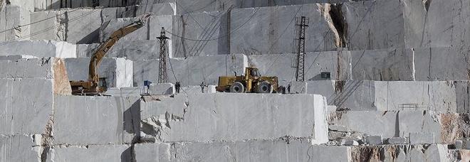 Operaio muore travolto da un blocco di marmo: aveva un contratto di sei giorni