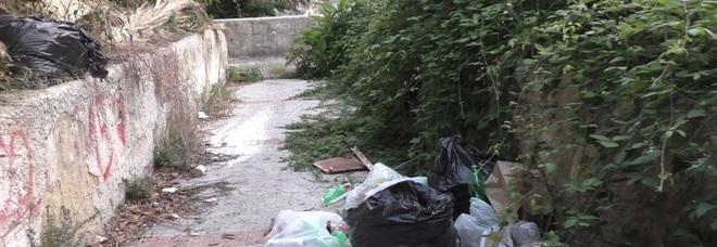 Una discarica su rampe San Pietro, l'ira dei residenti di Soccavo