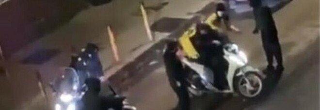 Rider picchiato e rapinato a Napoli, ritrovato lo scooter: fermati due minorenni