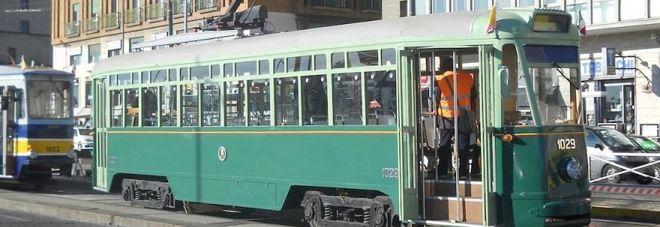 Napoli, tram fermi dopo due anni per quaranta metri: binari nel caos