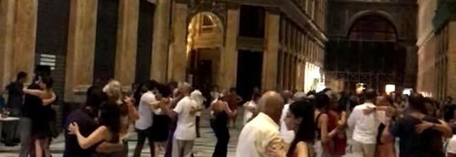 8b16a419c444 Nella Galleria regno di babygang i vigili multano le coppie del ...