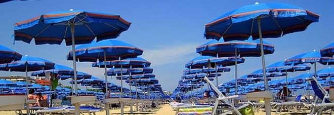Ombrelloni Per La Spiaggia.Spiagge In Cilento Doppio Blitz Contro Ombrellone Selvaggio