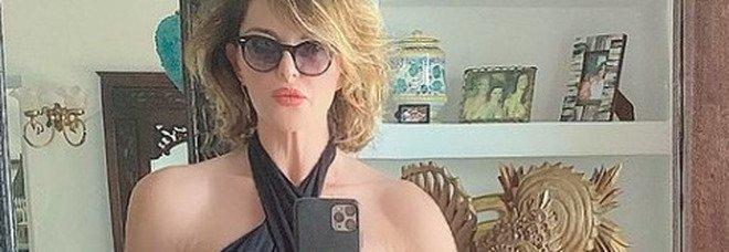 Alba Parietti sexy e statuaria a quasi 60 anni, haters all'attacco: «Si vede troppo» Foto