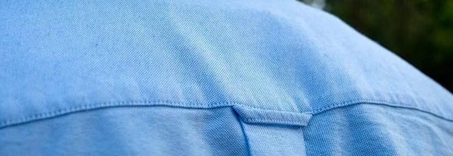 Perché le camicie da uomo hanno uno strano anello sulla schiena? Ecco a cosa serve