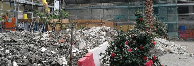 Napoli, crolla ex monastero ai Tribunali: cinque operai estratti vivi sotto le macerie