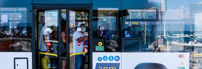 Napoli, analisi dei Nas su bus e treni: nessuna traccia di Covid