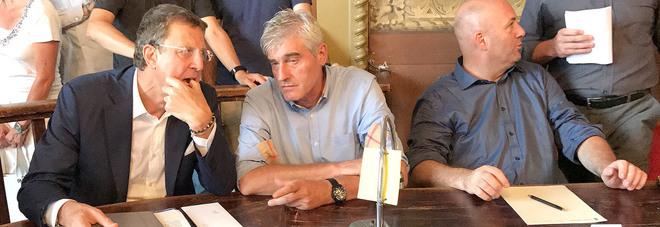 Consigliere comunale accoltellato da un uomo al bar in piazza