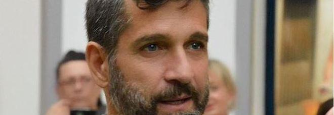 Edoardo Stoppa di Striscia La Notizia aggredito: girava un servizio sul «killer dei gatti». Ferito un poliziotto