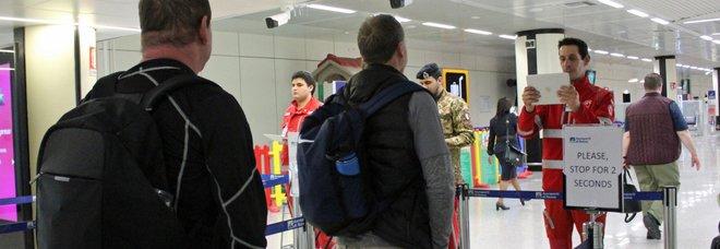 Virus, controlli sui voli nazionali: misurare la febbre a tutti i passeggeri. Aerei per la Cina, verso l'ok