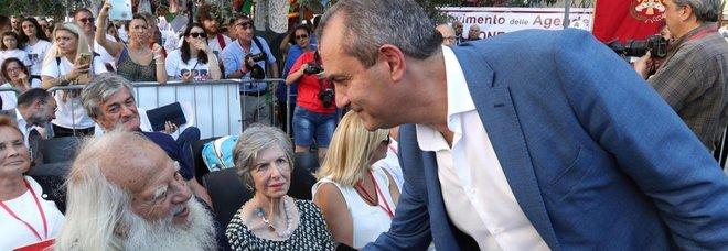 De Magistris assente ai funerali di De Crescenzo: «Ma grazie di tutto»
