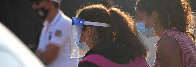 Covid, le visiere in plastica sono inutili? Lo studio: «Non filtrano il 100% delle goccioline più piccole»