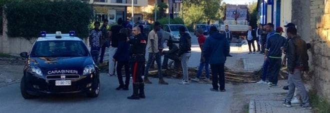 Gricignano, la rivolta degli immigrati: barricate in strada dopo gli spari