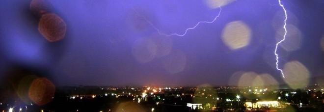 Fulmine sul volo Cagliari-Roma, paura a bordo: «La luce fortissima, poi lo scoppio»