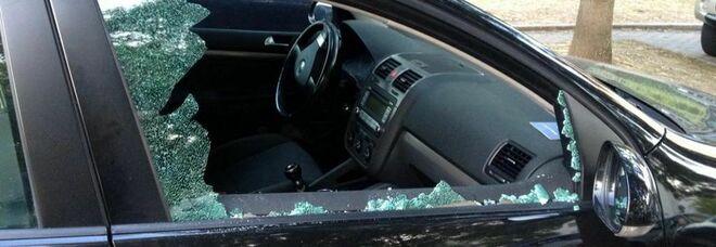 Ruba auto e aggredisce passante, il pm: niente arresto