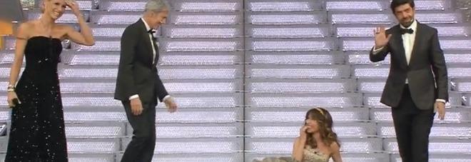 Sanremo, Sabrina Impacciatore inciampa e finisce a terra in diretta