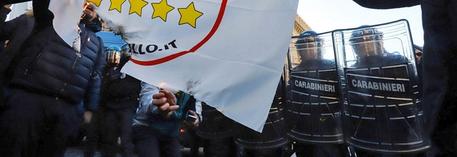 Ncc in piazza, tensioni a Roma: bruciate bandiere M5S