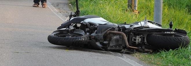 Schianto fra auto e moto: morto un centauro di 32 anni, grave una 29enne