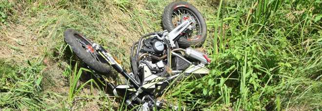 Esce di strada con la moto e finisce contro un muretto: morto a 16 anni all'inizio delle vacanze