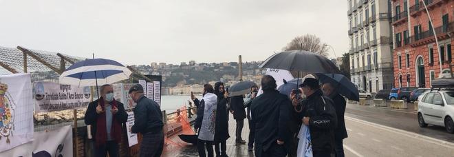 Napoli, sit in all'Arco Borbonico: «L'Italia vuole cancellare la nostra storia»