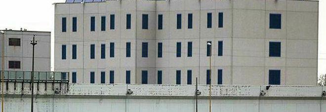 Colloquio con il detenuto, gli trovano due micro cellulari: indagato penalista