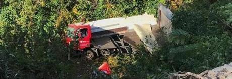 Camion del corriere cade dal ponte, morto l'autista: voleva evitare l'auto