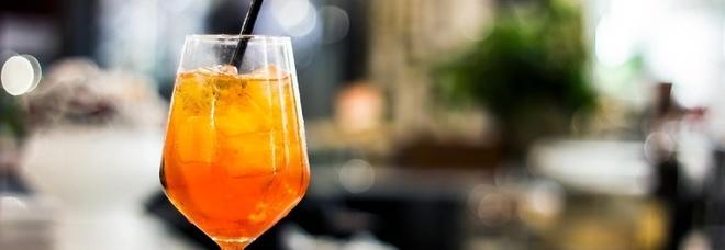 Un bicchiere di Aperol Spritz, l'aperitivo che piace agli italiani