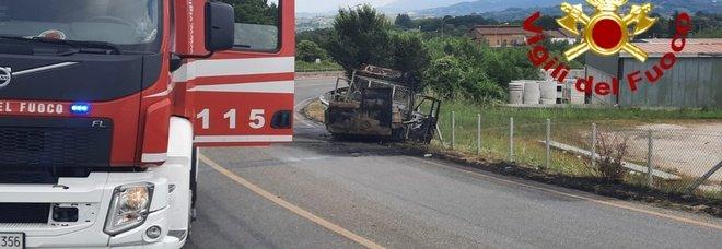 Va a fuoco un autocarro, sei operai salvi per miracolo