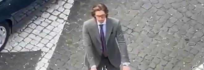 House of Gucci a Roma, Paolo Genovese avvista Adam Driver in bicicletta al quartiere Coppedè