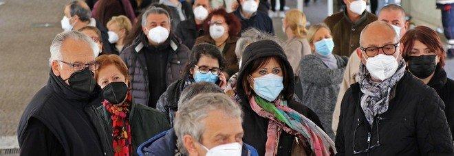 Vaccini Covid a Napoli, file alla Mostra d'Oltremare: «C'è chi non rispetta gli orari di convocazione»