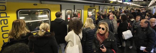 Napoli, folla nella metropolitana linea 1 contro ogni divieto: facciamo qualcosa