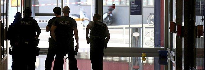 Germania, la polizia interviene a Colonia. «Presi ostaggi nella stazione»