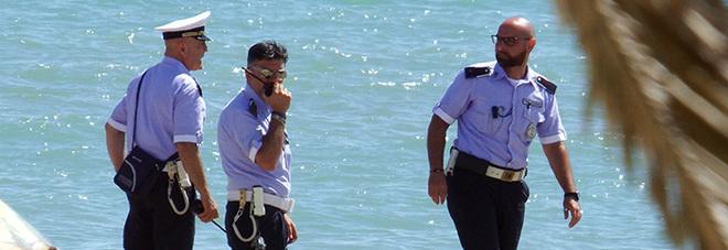 Polizia in spiaggia, foto d'archivio