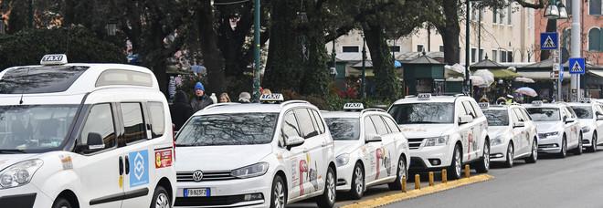 Si rompono le acque e partorisce in taxi: aiutata da una vigilessa