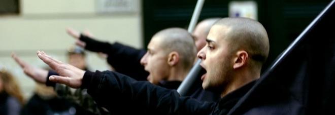 Saluto fascista, Cassazione: no reato se intento commemorativo. Due assoluzioni