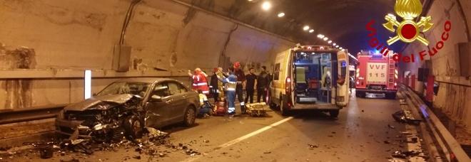 Schianto in galleria, 4 feriti gravi: motore sbalzato a metri di distanza