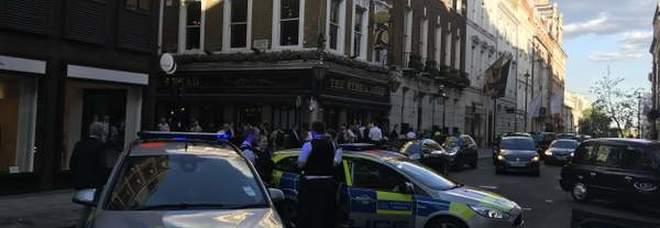 Giallo a Londra: si accascia in strada e muore. La polizia: «S'indaga per avvelenamento»