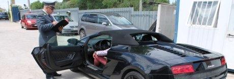 Nullatenente con Ferrari, Porsche e Lamborghini: incastrato dalla Gdf