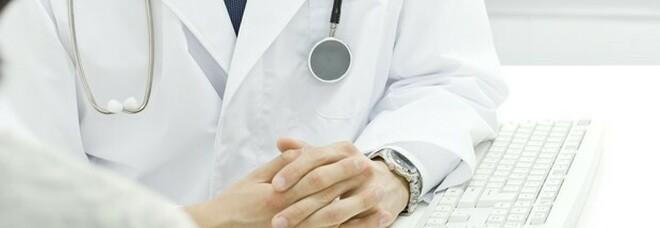 Diciannovenne si spaccia per medico e cura i malati di Covid: un giovane paziente muore