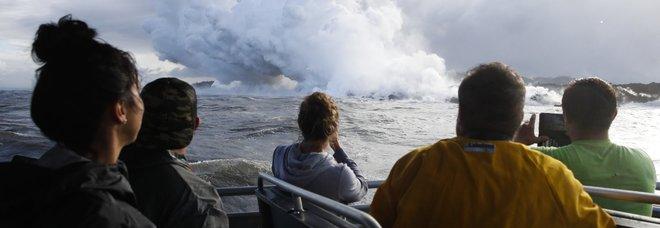 Eruzione del vulcano alle Hawaii colpisce barca di turisti: 23 feriti