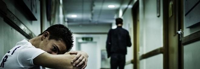 Ventenne denuncia raid omofobo: «Colpito con un casco perché gay»