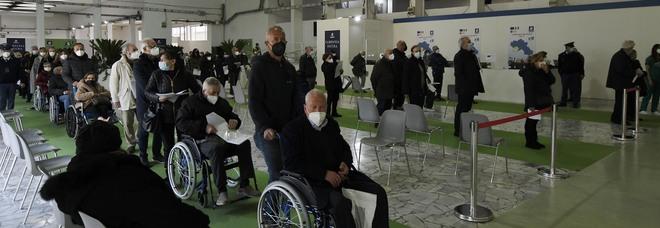 Napoli, alla Mostra tre ore per il vaccino: «No ad AstraZeneca, è pericoloso»