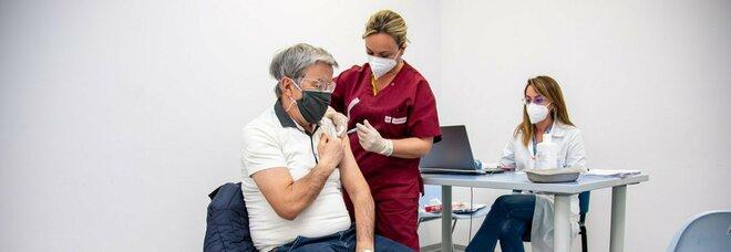 Vaccino, l'Aifa: «Ad oggi 56.110 reazioni avverse su 18 milioni di dosi somministrate»