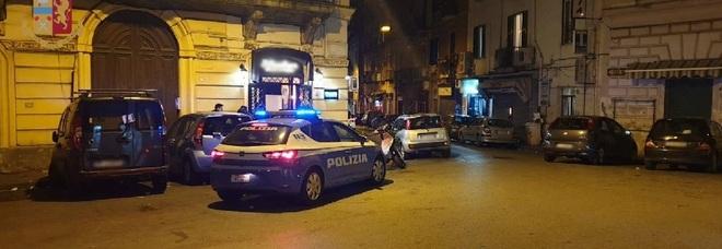 Napoli: bar aperto di notte a Coroglio, arriva la polizia. Clienti in fuga, multa al titolare