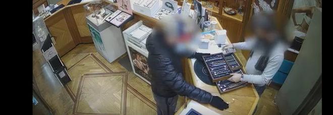 Napoli: tenta di rapinare una gioielleria, inchiodato dalle telecamere