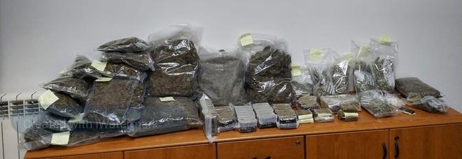 Oltre 15 chili di droga trovata in un'auto: spacciatori in fuga lasciano la roba