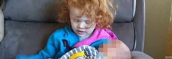Il padre uccide bimba di 4 anni, la piccola costretta a subire morsi e pugni senza che la madre facesse nulla