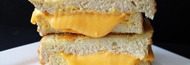 Mangia per anni solo panini al formaggio a causa di una strana fobia, ragazzo guarisce grazie all'ipnosi