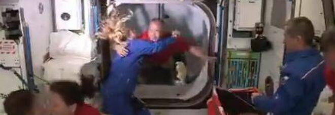 Crew Dragon aggancia la stazione spaziale Iss: aperti i portelli, l'equipaggio sale a bordo