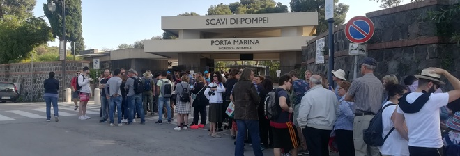 Ingresso gratis agli Scavi di Pompei: migliaia di turisti in fila prima delle 9