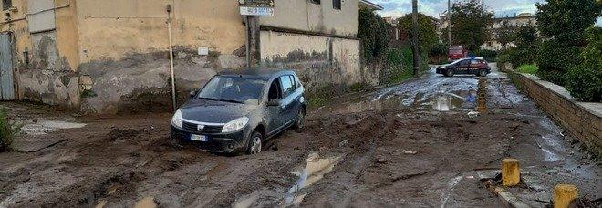 Maltempo a Napoli, il fango sommerge Marano: danni ingenti, ruspe in azione
